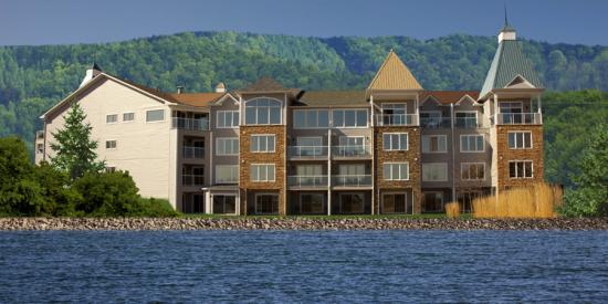 Cranberry Waterfront Suites & Country Club